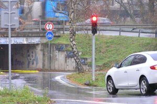 Ráno sa na cestu dostanú len autá jazdiace zo Zobora do mesta.