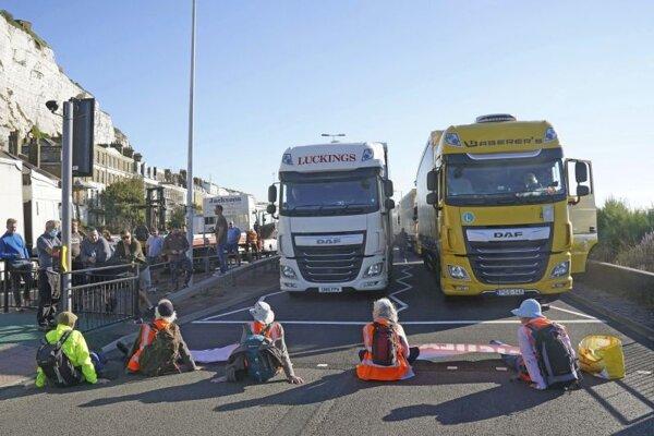 Klimatickí aktivisti z hnutia Insulate Britain zablokovali v piatok vchod do doverského prístavu na juhu Anglicka.