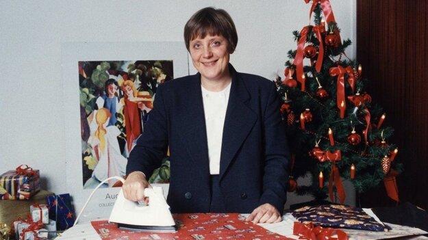 Vo vianočnej kampani sa Merkelová fotila s baliacim papierom po tom, čo sa stala ministerkou pre životné prostredie.