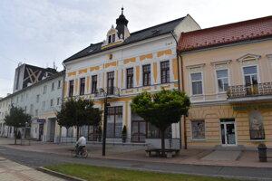 Ikonická budova Zlatý býk v centre Michaloviec prešla obnovou.