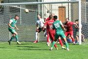 Futbalisti Nededu (v červenom) priviezli tri body zo Štúrova.