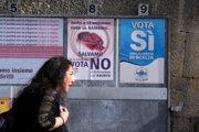 Žena v San Maríne prechádza okolo plagátov týkajúcich sa referenda o interupciách.