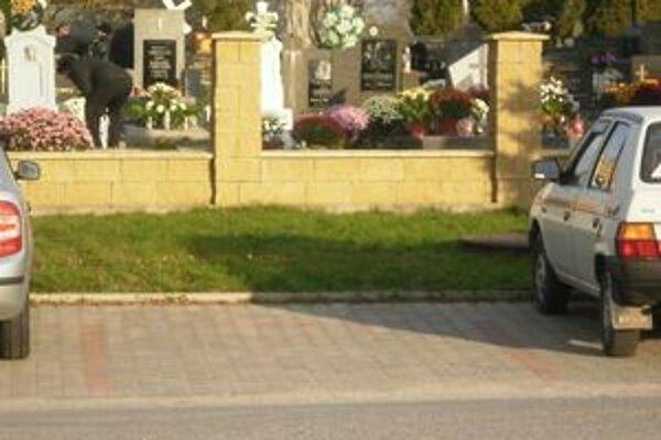 Cintorín bez plota - práca zlodejov.