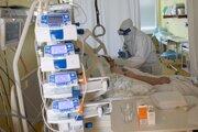 Pacientov na umelej pľúcnej ventilácii pribúda.