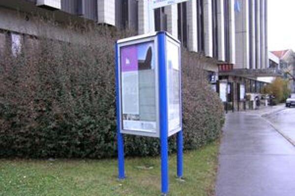 Informačný hranol je aj pred mestským úradom. Politická reklama sa tu nenachádza.