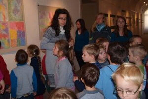 Deti z MŠ Platanová si pozreli výstavu Zrkadlá čiar, absolvovali tiež dielňu zameranú na tvorbu Karola Felixa.