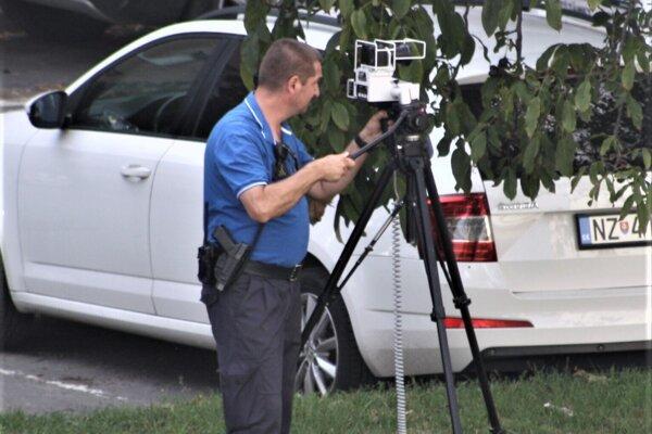 Mestská polícia Nové Zámky začala merať maximálnu povolenú rýchlosť a jej prekračovanie u nezodpovedných vodičov.