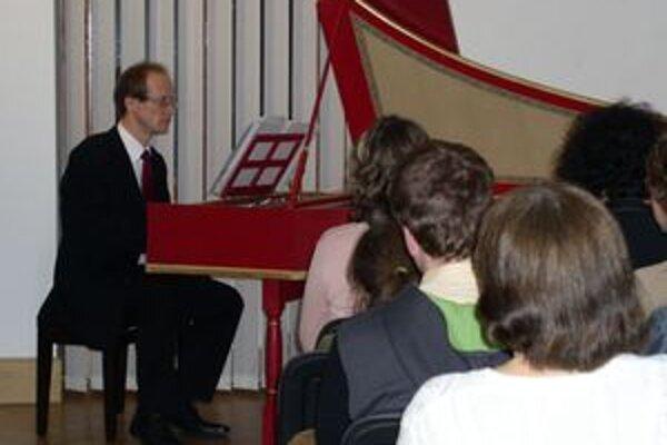 Vlani sa v Galérii hudby predstavil čembalista Peter Guľas.