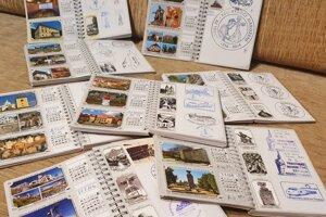 Do Turistických denníkov vôjde vyše sto Turistických vizitiek.