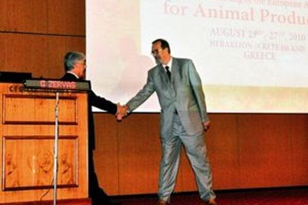 Viceprezident EAAP G. Zervas blahoželá profesorovi Mihinovi.
