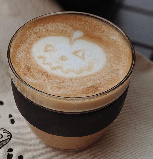 Tekvicové latte, dobrota, ktorá povzbudí. K receptu sa dostanete po kliknutí na fotografiu.