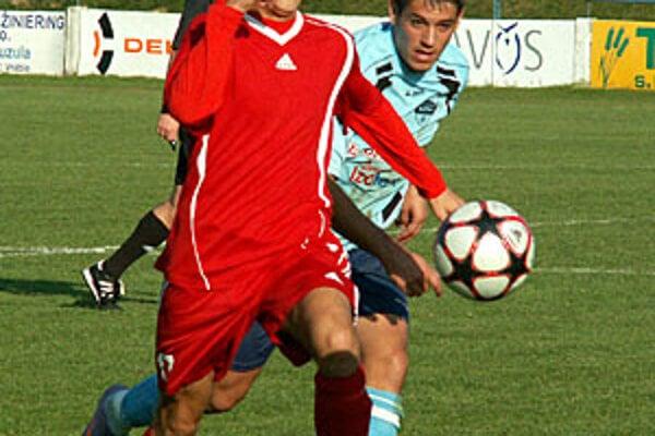 Vráble vyhrali nad rezervou Nitry 1:0. Zľava domáci Dávid Hamar a hosťujúci Matej Svitek.