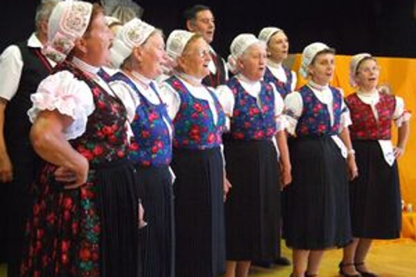 Speváci ľudových piesní na vystúpení v Machulinciach.