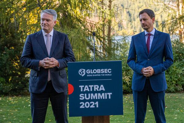 Hlavnou témou tohtoročného Tatra Summitu, ktorý tradične organizuje Globsec, je ekonomická obnova Európy v čase krízy. Na snímke sprava predseda vlády SR Eduard Heger a generálny tajomník OECD Mathias Cormann.