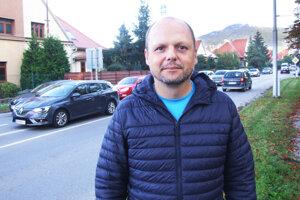 Podpredseda mestskej komisie mobility Andrej Sitkey na Dobšinského ulici.