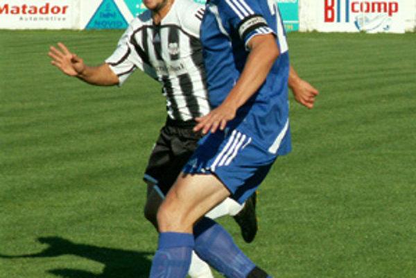 Zo zápasu Vráble - Petržalka zľava hosťujúci Radoslav Augustín a domáci Milan Šándor.