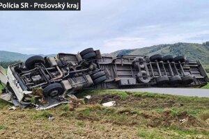 Prevrátený kamión zatarasil cestu.