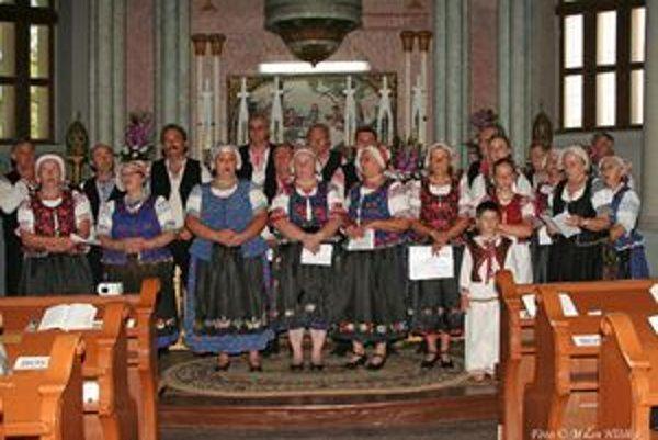 Folklórny súbor Tradícia spieval počas návštevy Srbska aj v kostole.