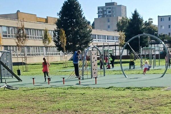 Zanedbaný areál mal veľký potenciál. Po rekonštrukcii pribudlo v Topoľčanoch atraktívne miesto, kde môžu rodičia s deťmi tráviť voľný čas.