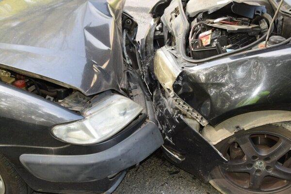 Vodič po nehode z miesta nehody ušiel. Nakoniec sa policajtom prihlásil.
