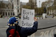 Protivládna demonštrantka v Londýne.