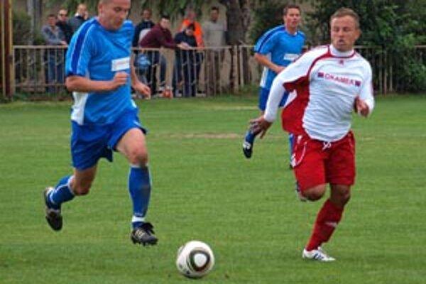Sereď sa na tri body na Čermáni nadrela, oba góly strelil M. Kasaj (v bielom), s loptou R. Borčin, vzadu hrajúci tréner ČFK Kotula.