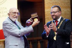 Laureát Nobelovej ceny za fyziku Kip S. Thorne (vľavo) a rektor UK Marek Števček počas odovzdania Veľkej zlatej medaily UK poprednému svetovému vedcovi, laureátovi Nobelovej ceny za fyziku Kipa S. Thornovi v Aule Univerzity Komenského v Bratislave.