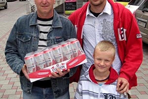 Pre kartón piva Corgoň si prišiel Eugen Horváth, futbalový tréner mládeže z Váhoviec. Tipuje spolu s Petrom Hodúrom, hrajúcim trénerom miestneho áčka, na meno svojho syna Tomáša. Na snímke je aj syn Petra Hodúra Adrián.