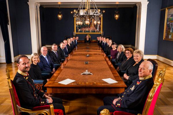 Premiérka s vládou a kráľovskou rodinou.
