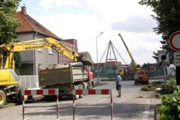 Od stredy je uzavretá križovatka ulíc Kmeťkova - Wilsonovo nábrežie.