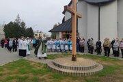 Vo farnosti sv. Gorazda v Topoľčanoch posvätili nový misijný kríž.