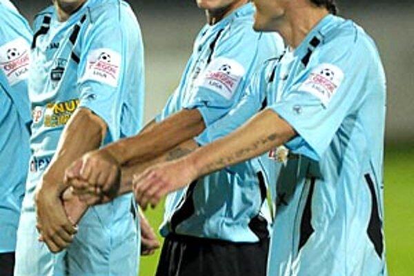 Futbalisti Nitry si v sobotu večer užívali radosť spolu so svojimi priaznivcami na tribúne. Celkom vpravo strelec Róbert Rák. Vedľa neho Bališ a Leško.