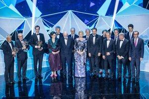 Spoločná fotografia ocenených vedcov.