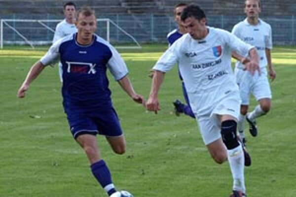 Komárno zdolalo Veľké Lovce 3:0. V bežeckom súboji autor prvého gólu Komárna Štefan Uzola (vľavo) a Radoslav Obložinský.