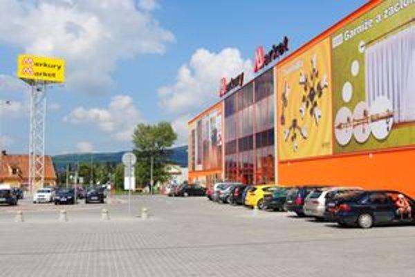 Nová predajňa Merkury Market na Štúrovej ulici v Nitre nevysadila vo svojom okolí zeleň, hoci v pôvodnej projektovej dokumentácii sa s ňou rátalo.