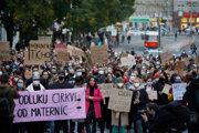Účastníci s transparentmi počas protestného zhromaždenia organizovaného iniciatívou Nebudeme ticho! za reprodukčnú spravodlivosť.