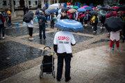 Účastníci protestu proti očkovania a pandemickým opatreniam.
