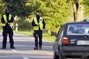 Poľskí policajti zastavujú autá po prekročení hranice do a z Bieloruska.