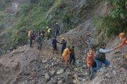 Záchranné práce po zosuve v oblasti v severnej Indii.