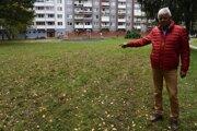 Milan Kuruc ukazuje, kde sa mulčovalo. Tu by opäť chceli vyskúšať výsadbu lúčnych kvetov.