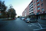 Parkovisko pred prevádzkami na Sabinovskej ulici. Vyznačené tam budú nielen rezidentské, ale aj parkovacie miesta v zelenom tarifnom pásme C.