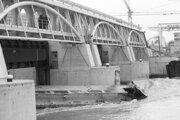 Dňa 22. októbra 1996  večer havaroval pri stavenisku vodného diela Viedeň - Freudenau slovenský remorkér Ďumbier. Na snímke je vrak lode na pilieri hate.