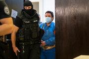 Mariana Kočnera privádzajú na súd v kauze motákov.