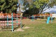 Nové hracie prvky na ihriskách potešili deti.