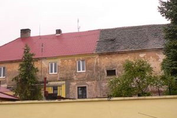 Obyvateľom cez dieru v streche zateká.