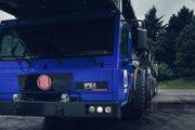Špeciálna Tatra na prevoz závitových tyčí.