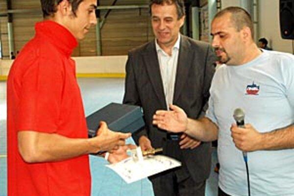 Najproduktívnejšiemu hráčovi Petrovi Königovi blahoželajú primátor Jozef Dvonč a šéf ligy Martin Podlucký.