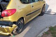 Odtrhnutá hadica zostala pod autom.