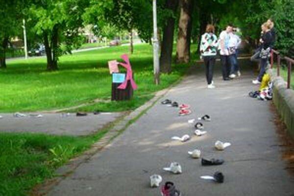 """""""Prilepené"""" topánky upozorňovali na problém so žuvačkami v Nitre."""