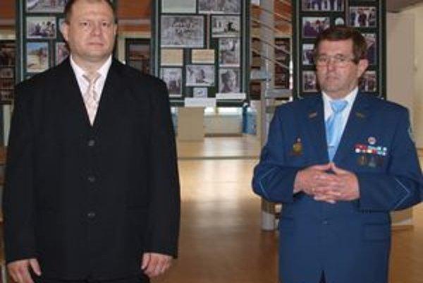 Vernisáž otvorili (zľava) riaditeľ UN-Veterán Slovakia v Nitre Štefan Hudec a viceprezident tejto organizácie Dušan Števík.